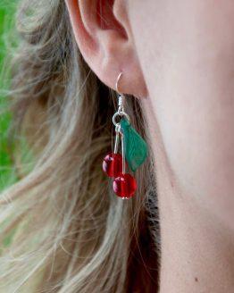 Boucles d'oreilles cerises en métal argenté avec des perles en verre rouge vif et des feuilles vertes