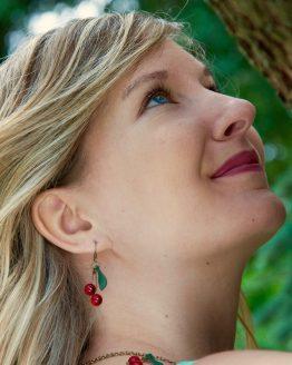 Boucles d'oreilles petites cerises légères à porter et faites main en métal couleur bronze laiton et perles de verre rouges