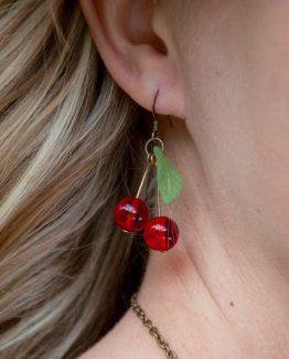 boucles d'oreilles cerises en verre rouge vif et vert - fait main
