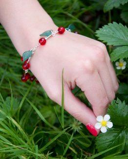 bracelet cerises fait main par annamorfoz dans un style rockabilly pin up avec des perles de verre et des feuiles vertes