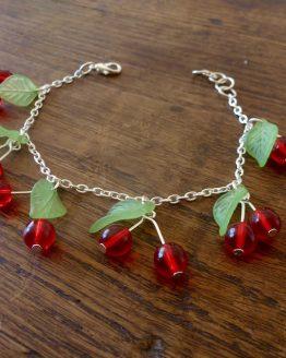 bracelet style pin up avec des perles de verre et en métal argenté entièrement fait main en France par Annamorfoz