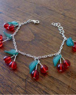 bracelet cerises avec perles de verre rouge vif et feuilles vert foncé dans un style pin up revisité par annamorfoz