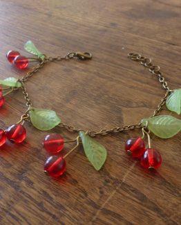 bracelet fait main avec des perles de verre en forme de cerises dan un style kawaii par annamorfoz