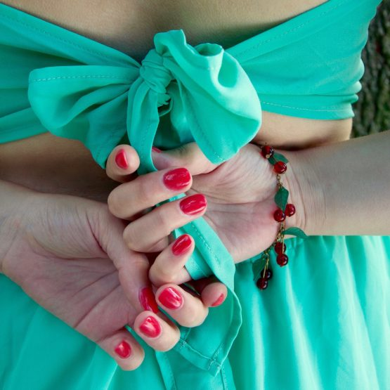bracelet cerises fait main par annamorfoz avec des perles de verre rouge transparent et des feuilles vertes