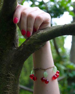 bracelet grosses cerises en verre rouge et vert fait main par Annamorfoz