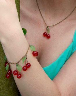 bracelet cerises en métal bronze laiton et feuilles vert clair fait main par Annamorfoz