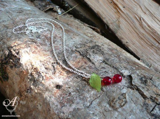 jolie chaine fine avec un pendentif en forme de cerises rouges fait main par Annamorfoz