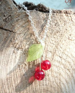 collier chaine fine en métal argenté avec un pendentif breloques cerises en verre rouge et vert et fait main par Annamorfoz