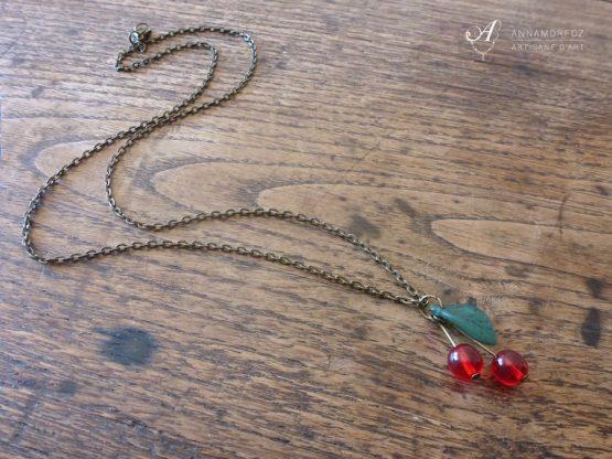 collier avec pendentif cerises bronze par Annamorfoz