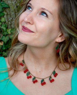 parure cerises rouges et feuilles vertes fait main en métal bronze laiton par annamorfoz
