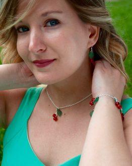 parure cerises faite main en métal argenté et perles de verre rouge vif. Idéal pour le printemps !