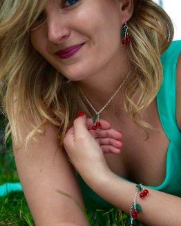 bijoux cerises argentés et vert foncé par Annamorfoz