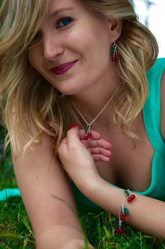 bijoux cerises en métal argenté et perles de verre rouge vif