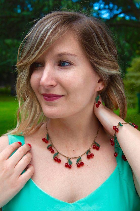parure cerises breloques couleur bronze laiton perles ne verre rouges fait main par Annamorfoz