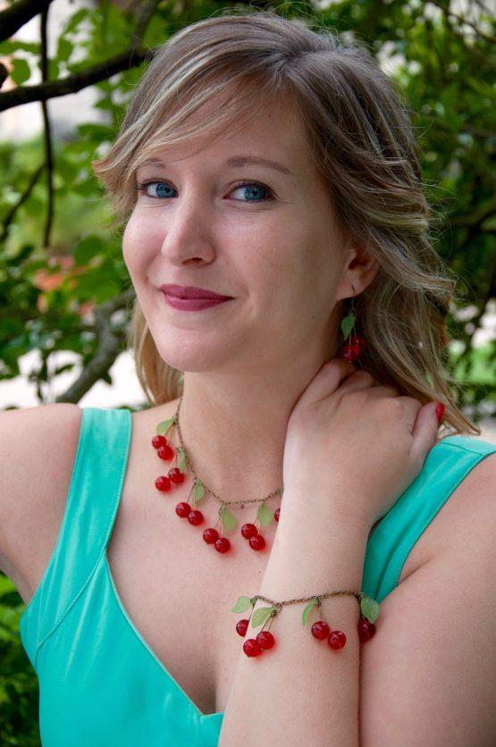 parure grosses cerises faite main en métal bronze laiton et perles de verre rouge vif