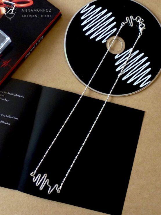Collier en plaqué argent de la collection Electro inspiré des battements de cœur