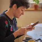 Anna Mouquod, créatrice des bijoux Annamorfoz en train de travailler dans son atelier