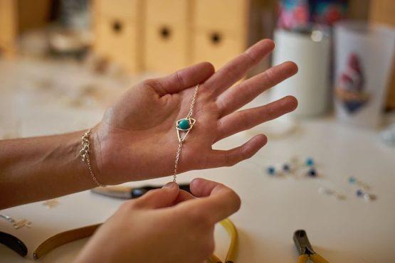 Bracelet Astro en cours de fabrication à l'atelier d'Annamorfoz