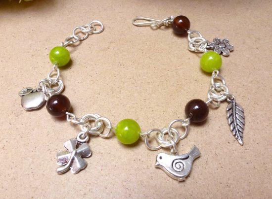 Bracelet Borromeo et breloques sur le thème du printemps fait main par Annamorfoz