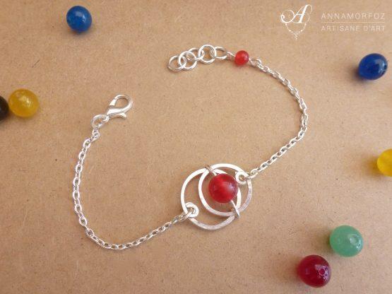 bracelet avec ronds argentés et jade rouge