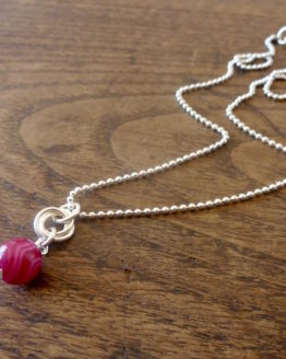 Chaine avec pendentif en agate rose de la collection Borromeo par Annamorfoz