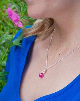 Collier avec pendentif en agate rose de la collection Borromeo par Annamorfoz