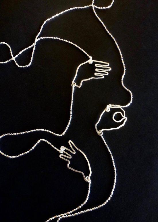Sautoir langue des signes fait main par Annamorfoz