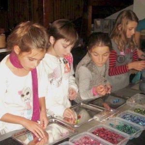 Atelier de création de bijoux pour un anniversaire pour enfants à domicile sur Strasbourg et environs