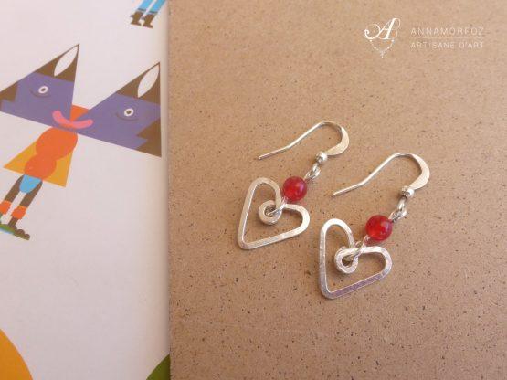 Petites boucles d'oreilles coeurs rouges faites à la main par Annamorfoz