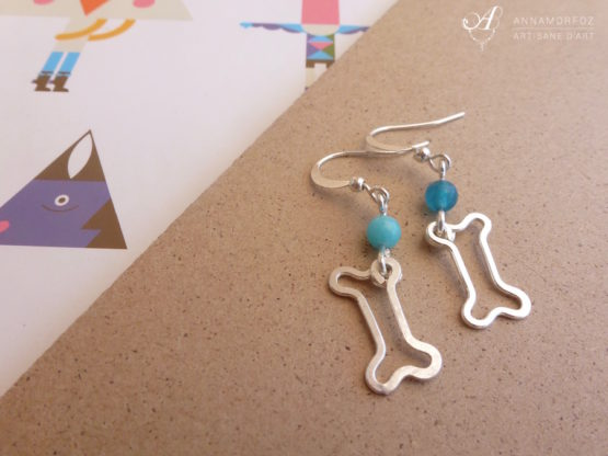 Boucles d'oreilles petits os bleu turquoise faites à la main par Annamorfoz