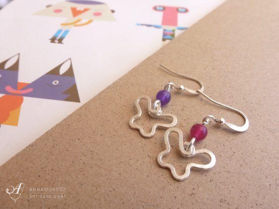 Boucles d'oreilles mini papillons argentés; rose et violet faites à la main par Annamorfoz
