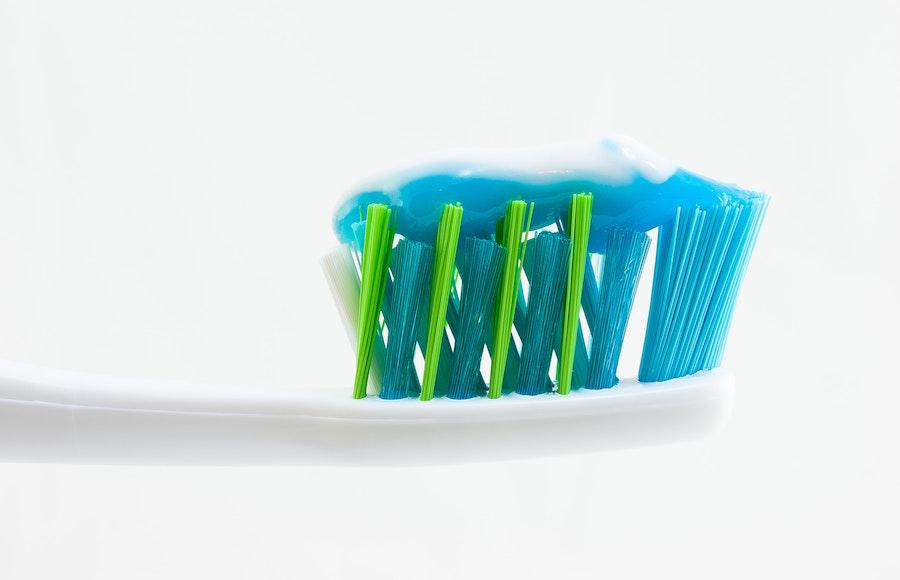 Le dentifrice au fluor, une astuce pas chère et efficace pour nettoyer vos bijoux !