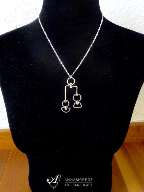 collier mi-long avec pendentif mobile géométrique
