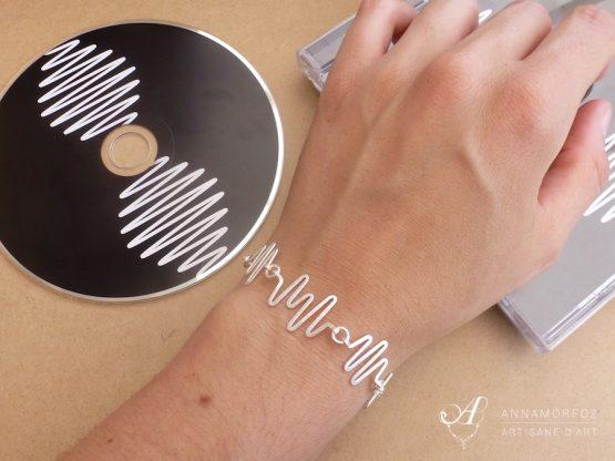 bracelet fait main en plaqué argent inspiré d'un électrocardiogramme
