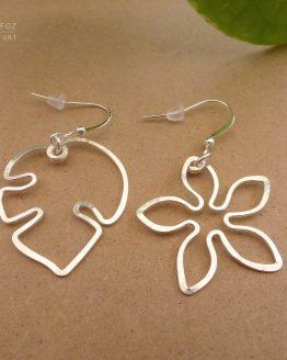 boucles d'oreilles dépareillées argentées fleur et feuille de monstera