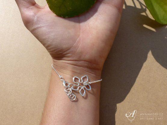 bracelet avec fleur tropical sur le poignet