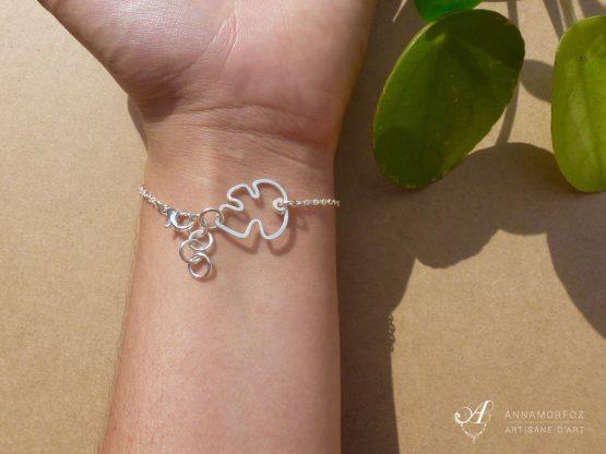 bracelet avec petite feuille sur le fermoir
