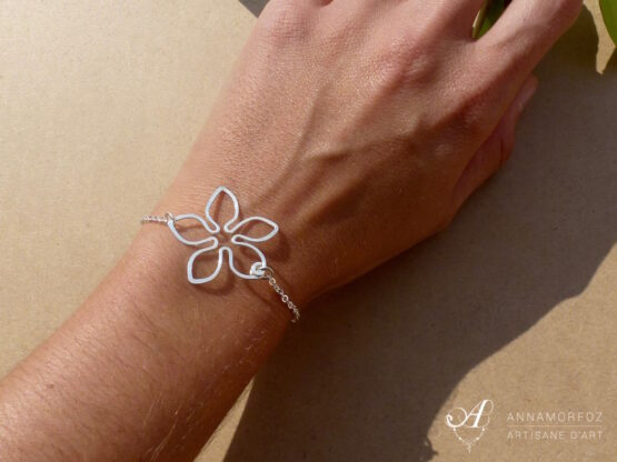 bracelet fleur avec chaine en métal argenté