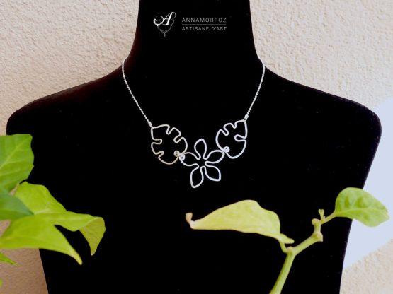 collier fleur et feuilles sur buste noir