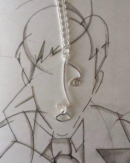 collier fait main avec pendentif visage argenté