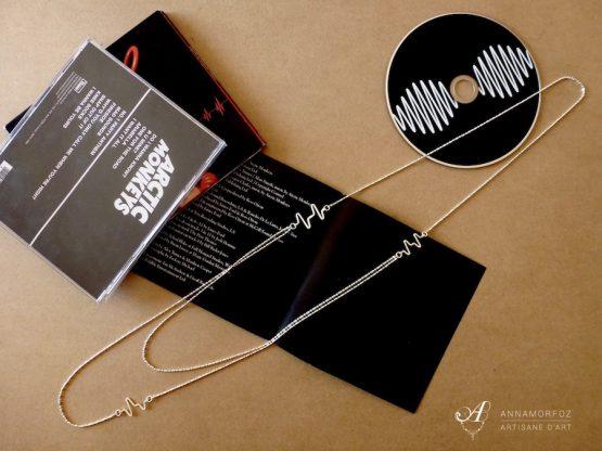 sautoir electro avec deux rangs de chaine dans un style contemporain