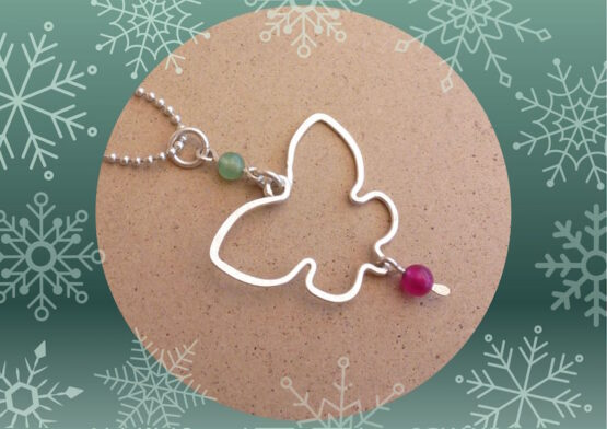pendentif papillon en plaqué argent et perles en jade