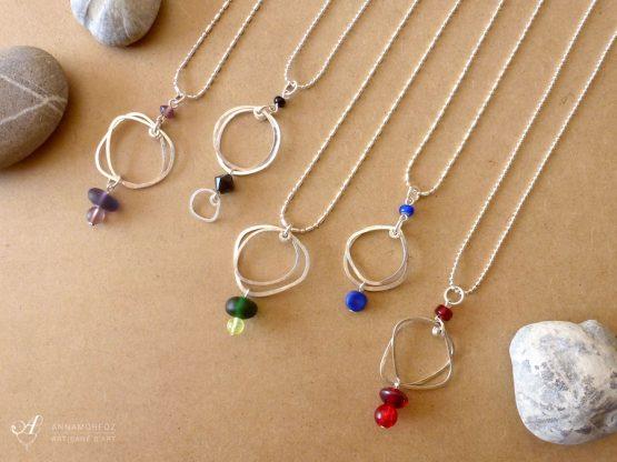 colliers avec pendentifs galets et perles de verre