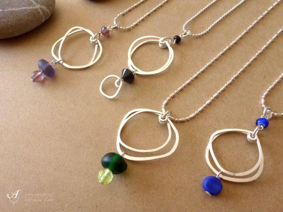 colliers avec pendentifs galets